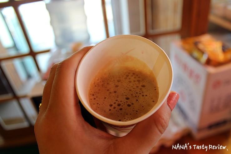 종이컵에 담긴 커피의 사진