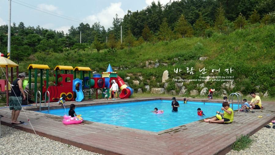 놀이터와 물놀이장에서 놀고있는 아이들