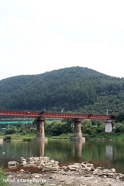 조종천에 있는 다리와 뒤에 보이는 산이 있는 풍경