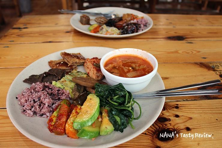 다양한 음식을 담은 접시의 모습