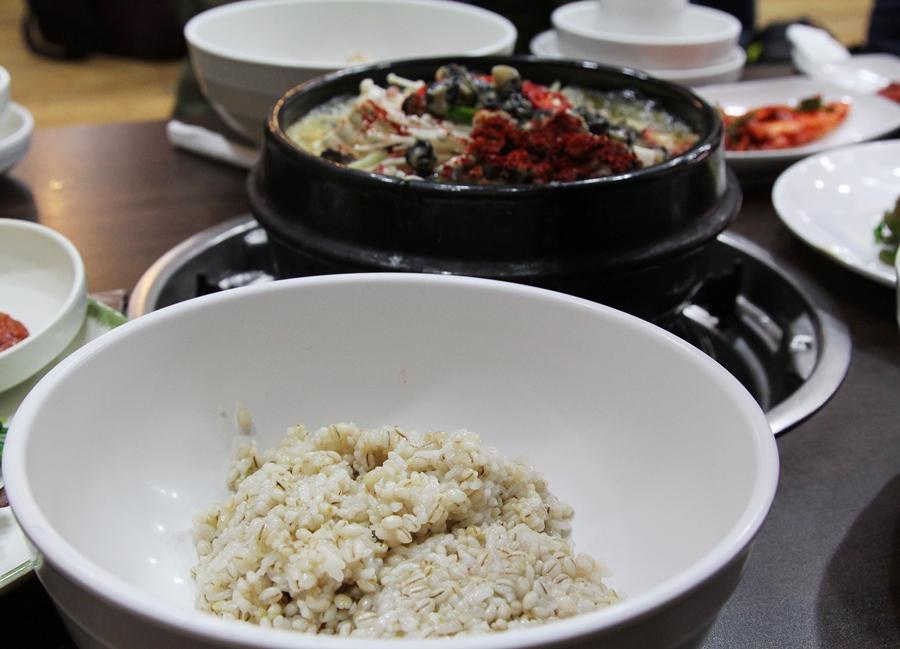 보리밥과 된장찌개의 모습