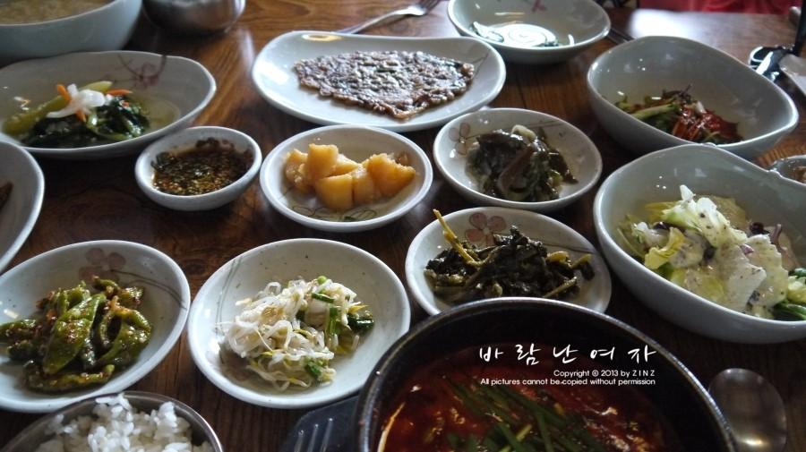 샐러드,콩나물등 상 한가득 차려진 기본 반찬들