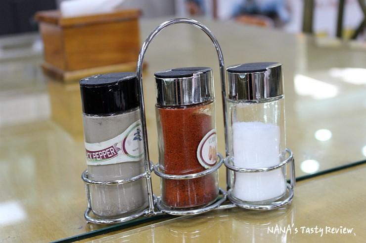 테이블에 세팅되어 있는 후추 고추가루 소금