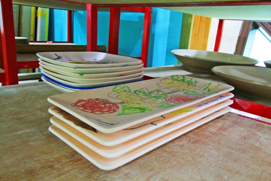 가지런히 놓여있는 색칠을 끝낸 도자 작품들