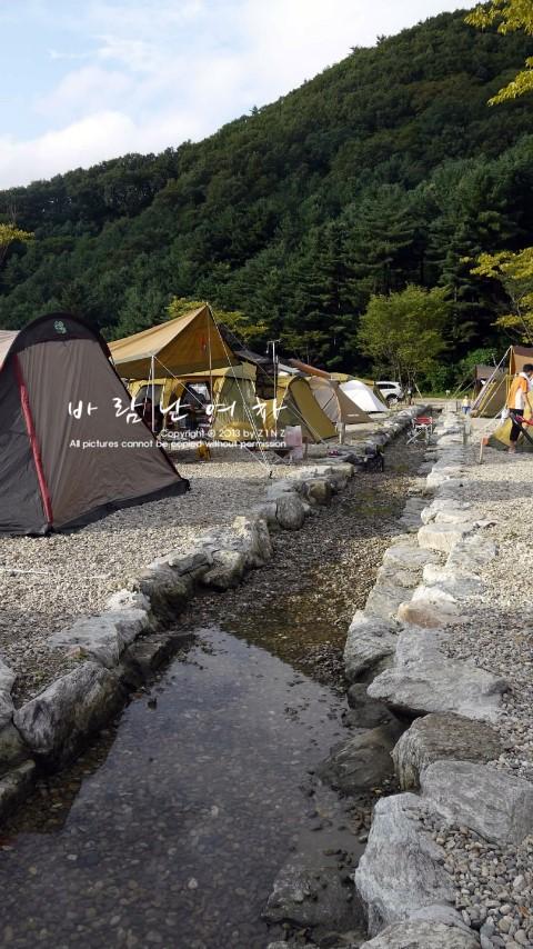 계곡물이 흐르는 캠핑장 내부