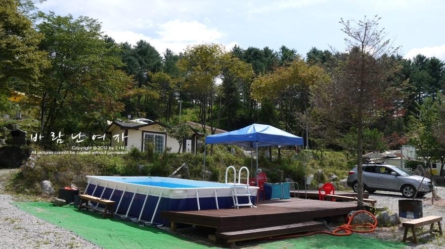 한쪽에 마련 된 작은 수영장