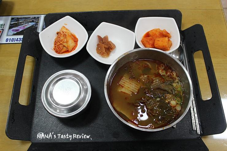 기본찬과 안성국밥의 모습