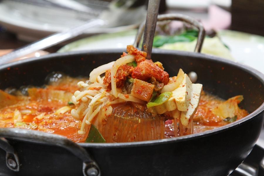 팽이버섯과 당면이 들어가 있는 김치찌개