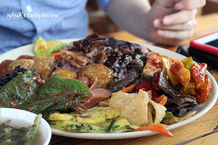 많은 양의 음식이 담겨있는 접시의 모습