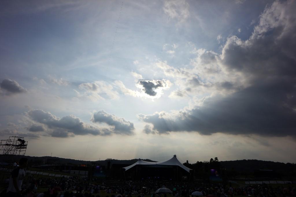 하트 모양의 구름이 보이는 하늘