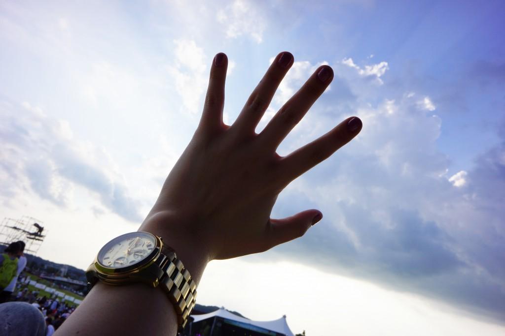 하늘 위로 뻗은 손의 모습