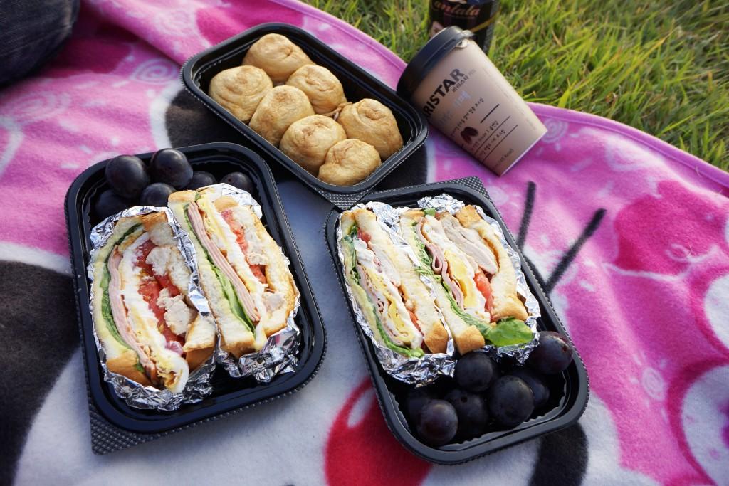 도시락통에 담겨 있는 샌드위치와 유부초밥