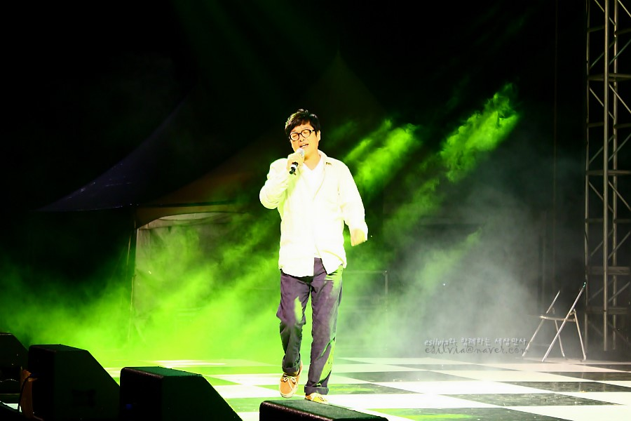 무대에서 노래하는 모습