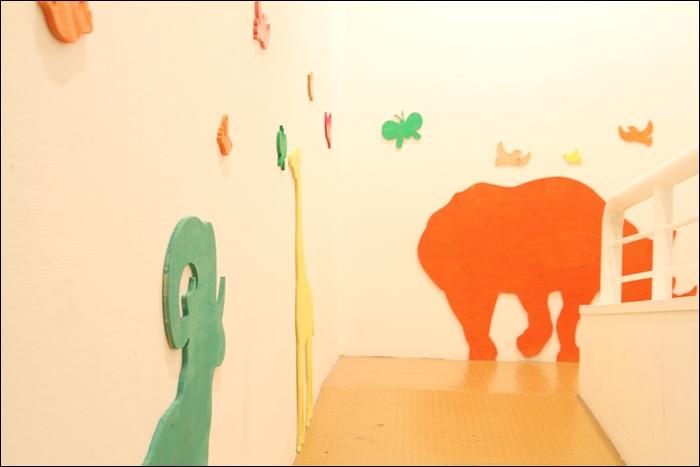 벽에 붙혀진 알록달록 동물 모양판