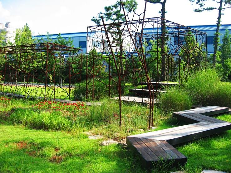 철근케이지와 자연이 어울리는 정원의 작품