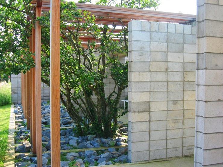 나무와 콘크리트 벽을 이용한 정원