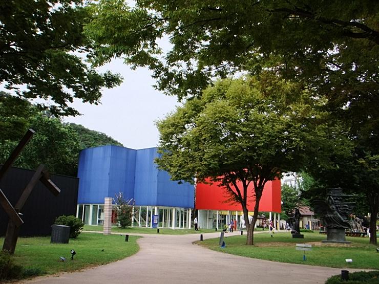 멀리 보이는 파란색, 빨간색 건물
