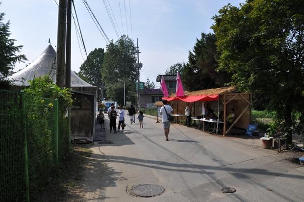 천막이 서 있는 거리의 모습