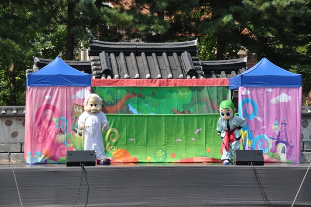 무대에서 탈을 쓴 배우들이 공연하는 모습