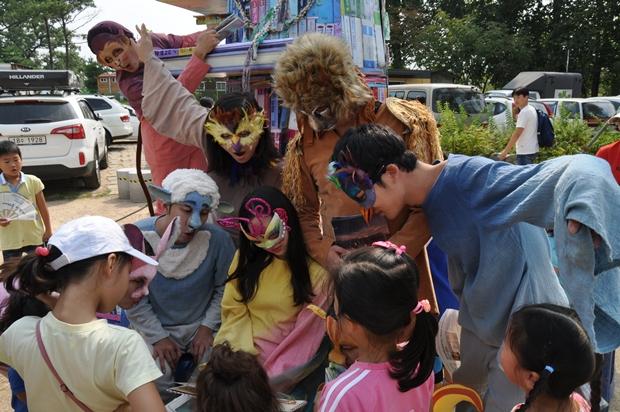사자의 독후감이란 퍼포먼스에서 다양한 분장을 배우들과 아이들의 모습