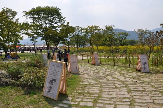 공원에서 열리는 시화전과 옛사진을 볼 수 있는 전시회의 모습