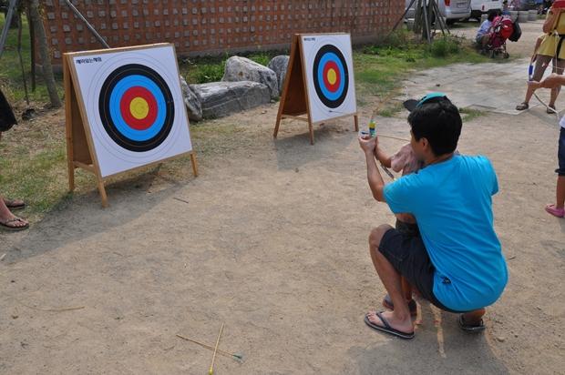 양궁 체험을 하는 모습