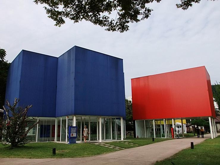 파란색, 빨간색 건물