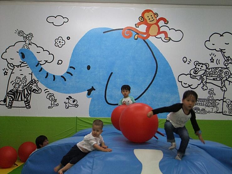 코끼리 벽화가 눈에 띄는 어린이 체험관