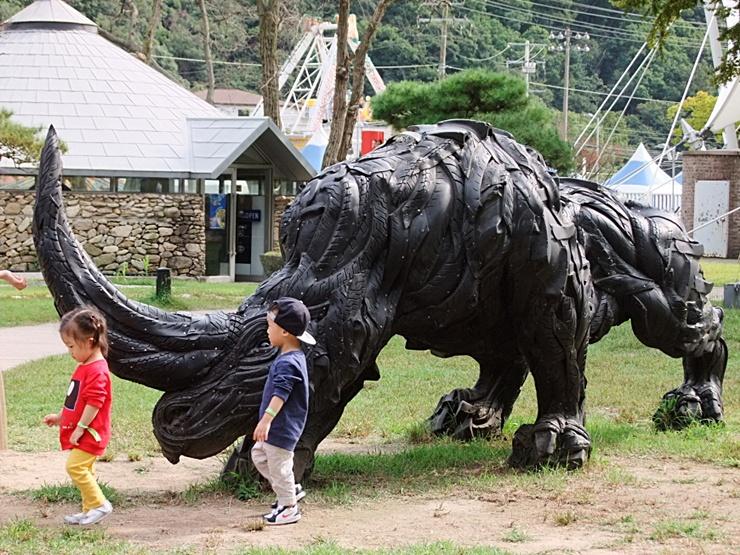 코뿔소 모양의 조각상