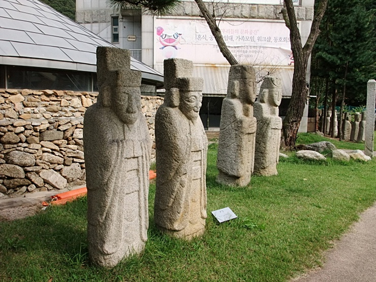 한국적인 모양의 조각상