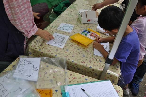 코뿔소를 색칠해보는 아이들