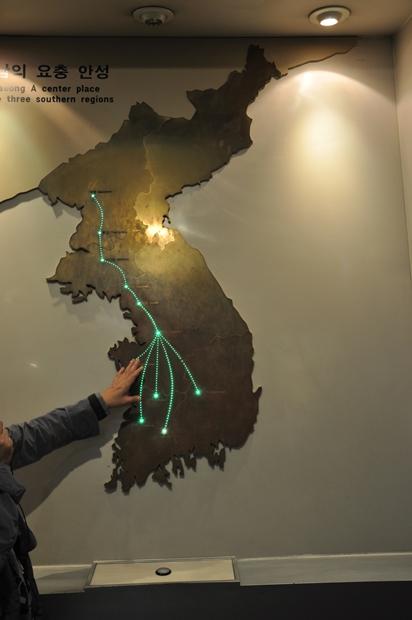 벽에 설치 된 지도