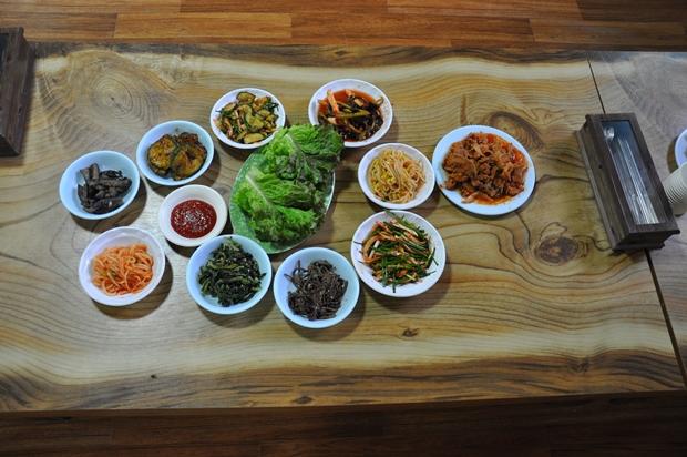 상추, 콩나물, 김치등 먹음직스럽게 차려진 반찬들