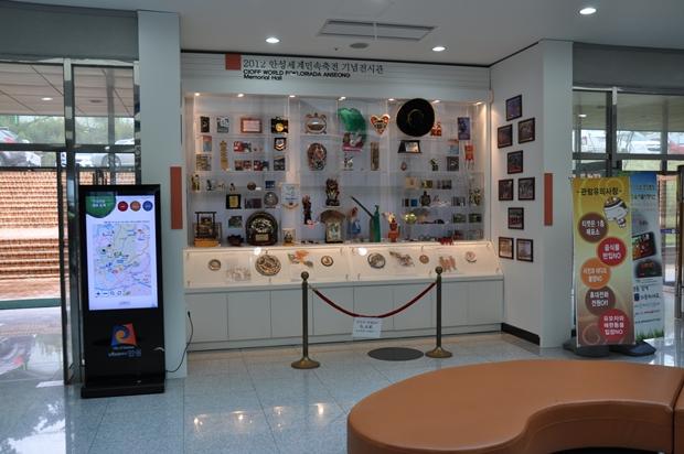 한쪽 벽에 전시 된 2012 안성세계민속축전 기념전시관