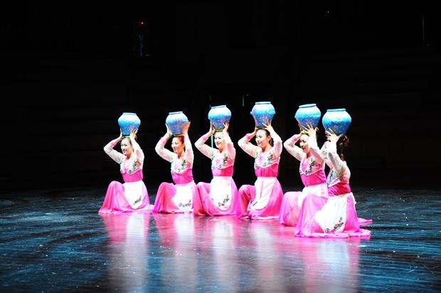 항아리를 지고 공연하는 평양통일예술단