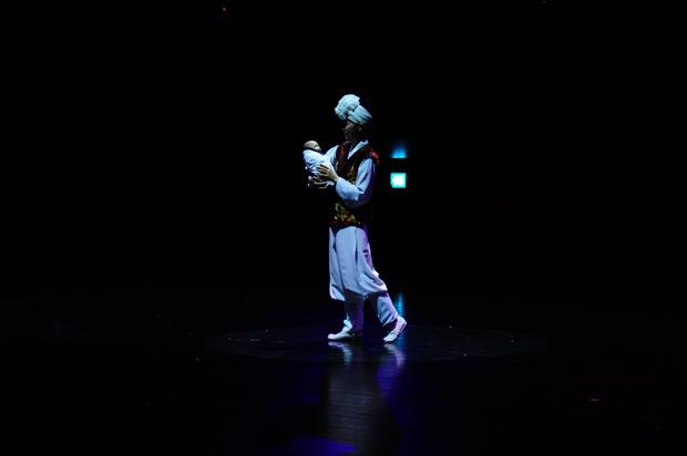 어두운 조명아래 공연하는 사람의 모습