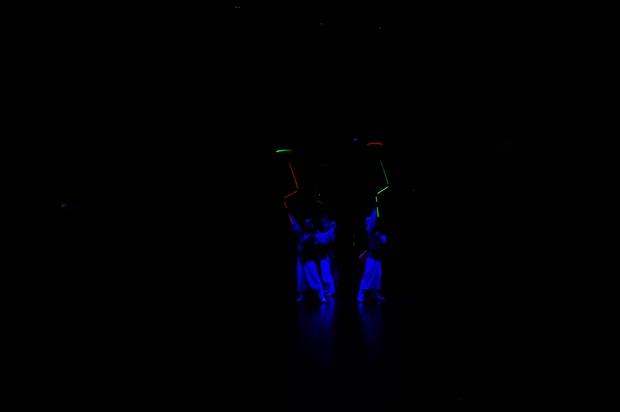 야광옷이 어두운 사이에 빛나고 있다.