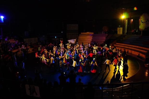 강강수월레를 하면서 공연을 마무리하는 모습