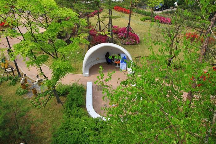 옥상에서 바라본 화장실 테마공원 풍경