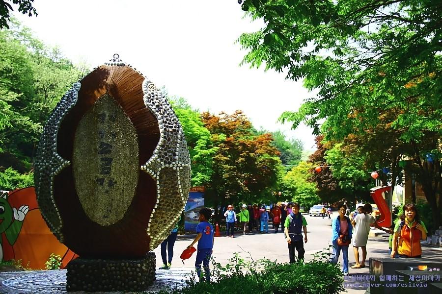 '경기 소금강'이라 적힌 알을 형상화한 소요산 입구 조각작품
