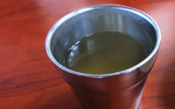육수를 컵에 담다