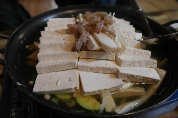 장단콩두부 위 싱싱한 임진강민물새우가 국물 맛을 시원하게 한다.