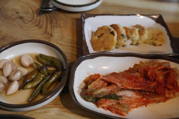 마늘, 고추장아찌와 동그랑땡, 김장김치 등 한국의 슬로푸드들.