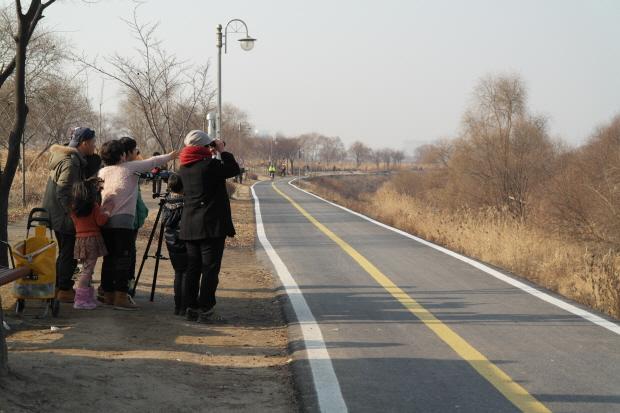 탐조쌍안경으로 한강을 보는 시민들
