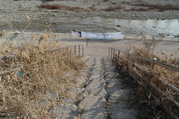 산곡3교에서 한강으로 가는 계단길.