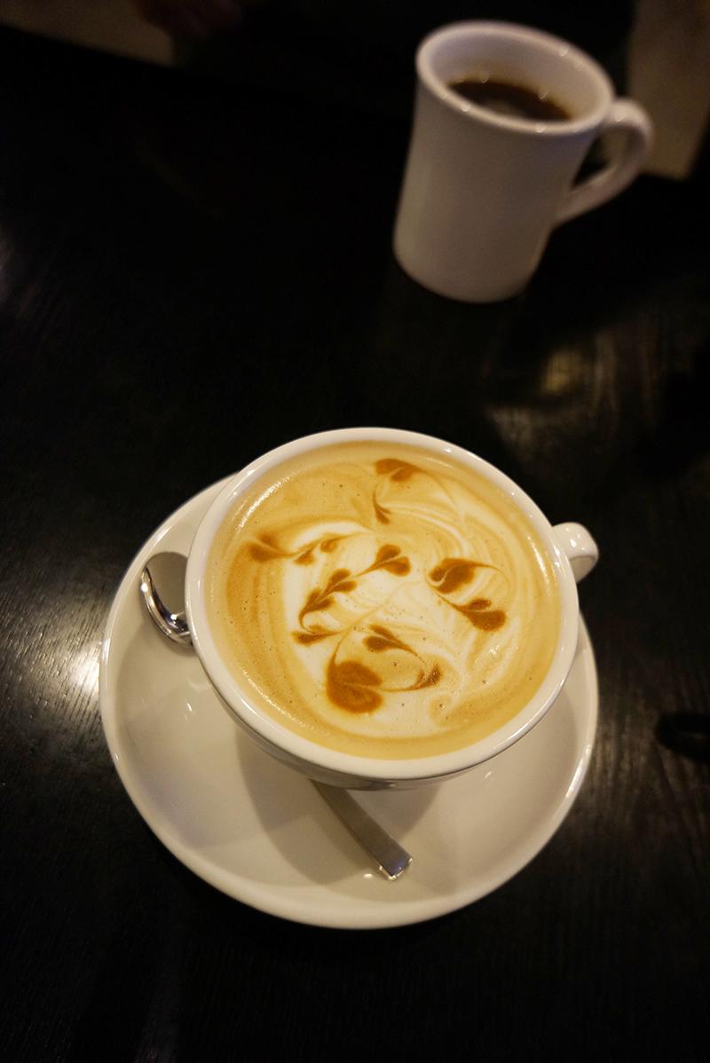 카페 갤러리아에서 주문한 라떼