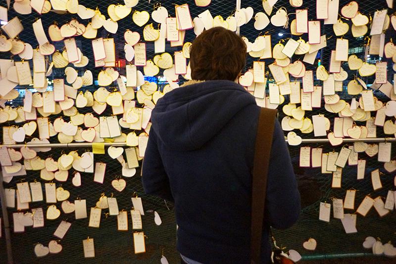 의정부 빛 축제 소원터널 속 소원카드를 보는 모습