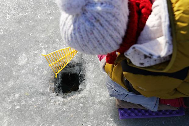 얼음구멍을 보며 빙어낚시 삼매경