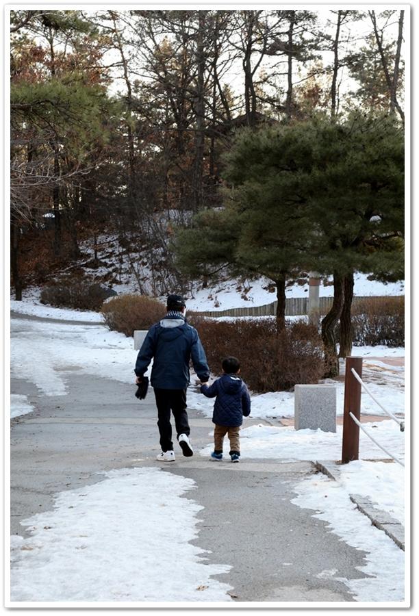 공원을 산책중인 할아버지와 손자
