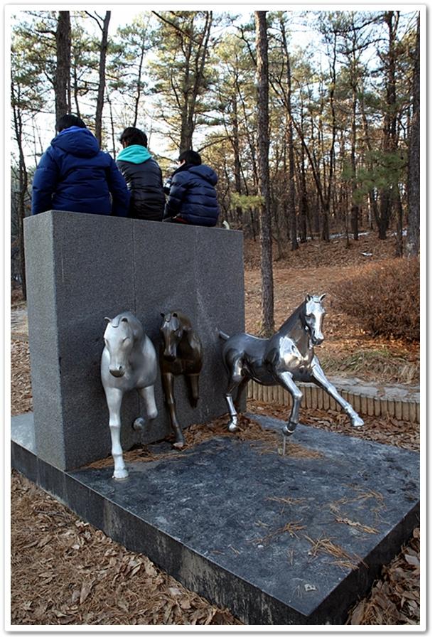 직동공원 조각상 - 말달리자